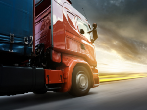 rode vrachtwagen zonsondergang